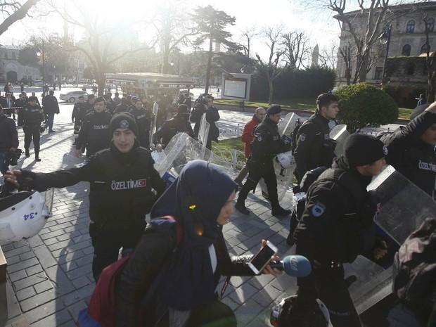 Equipes de resgate e segurança isolam área de praça de Istambul alvo de explosão na Turquia. A explosão foi perto de basílica de Santa Sofia e da Mesquita Azul e deixou mortos e feridos (Foto: Murad Sezer/Reuters)