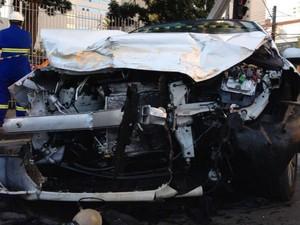 Frente do carro ficou completamente destruída após a batida  (Foto: Diego Sarza / RPCTV)