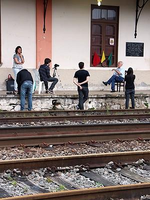 Equipe entrevista Ney Silvestre em Santos Dumont (Foto: Programa Memória Trem / Divulgação)