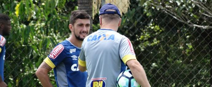 Mano Menezes conversa com Arrascaeta (Foto: Thaynara Amaral)