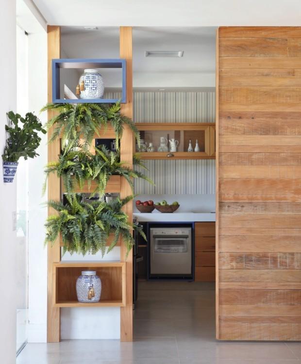 Porta de correr para integrar a cozinha coma sala (Foto: MCA Estúdio / Divulgação)