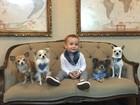 Ana Hickmann coloca bandanas no filho e nos cães de estimação