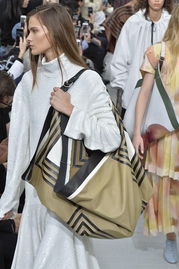 Bolsas de formatos inesperados, como o modelo lenço da Celine, também estiveram entre os destaques das passarelas (Foto: Getty Images)