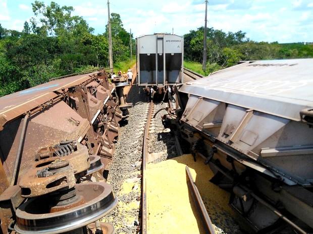 Vagões tombaram após a colisão entre os trens (Foto: Kelvyn Vituriano Mamede)