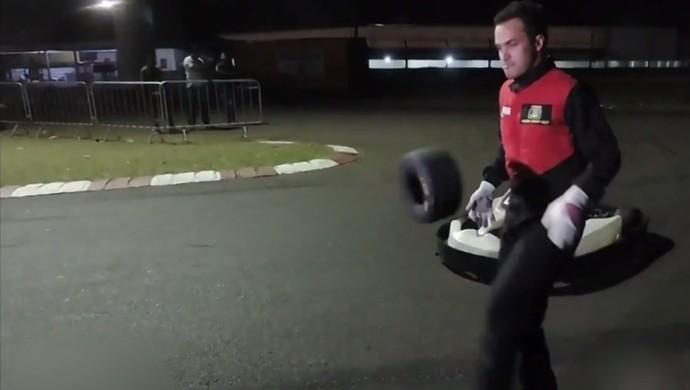 Falcão embaixadinha pneu de kart (Foto: Reprodução / TV TEM)