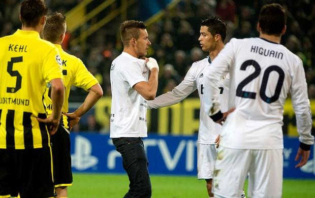 torcedor invade o campo e conversa com Cristiano Ronaldo  (Foto: AFP)