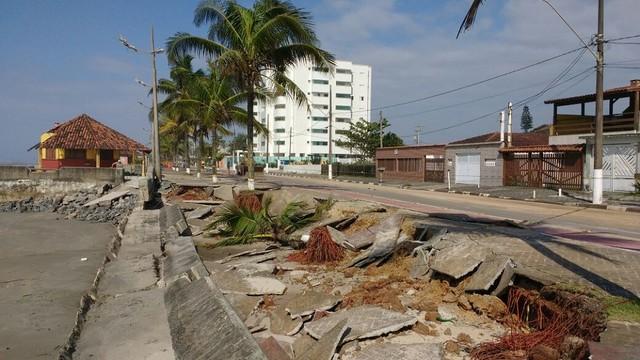 Ressaca atinge orla da praia em Mongaguá (Foto: Alfredo Neto)