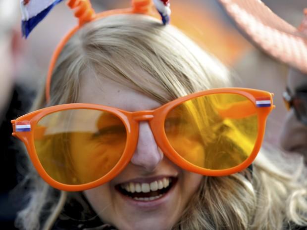 Mulher usa óculos gigantes durante abdicação da rainha da Holanda (Foto   Cris Toala Olivares a1da51d927