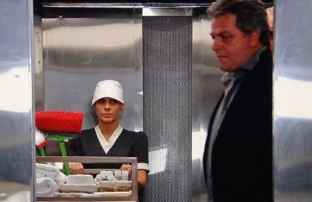 Em mais uma tentativa de fuga, Morena e Jéssica vão a um hotel encontrar clientes, mas driblam a segurança e a loura consegue sair disfarçada de camareira. Na delegacia, diz que quer ser deportada, mas Russo impede Divulgação/TV Globo