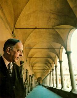 Foto (Foto: Murilo Mendes em visita a um claustro: obra sobre peregrinações pela Itália franciscana, pertencente ao amigo e pintor Ismael Nery, foi leitura preciosa para o poeta)