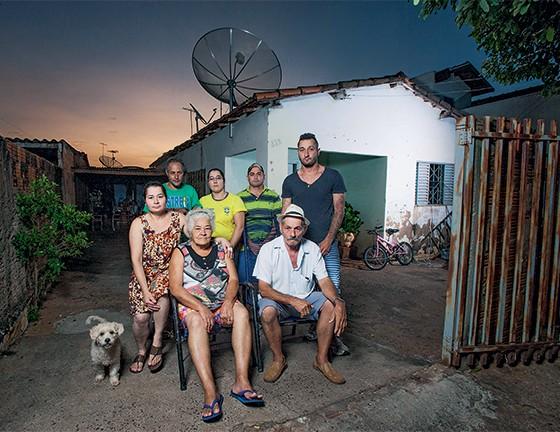 Família Cavallari, em Estrela d'Oeste, 12 pessoas pegaram dengue  (Foto: Rogério Cassimiro/ÉPOCA)