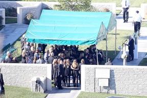 Amigos e familiares no funeral de Paul Walker (Foto: AKM-GSI / AKM-GSI )