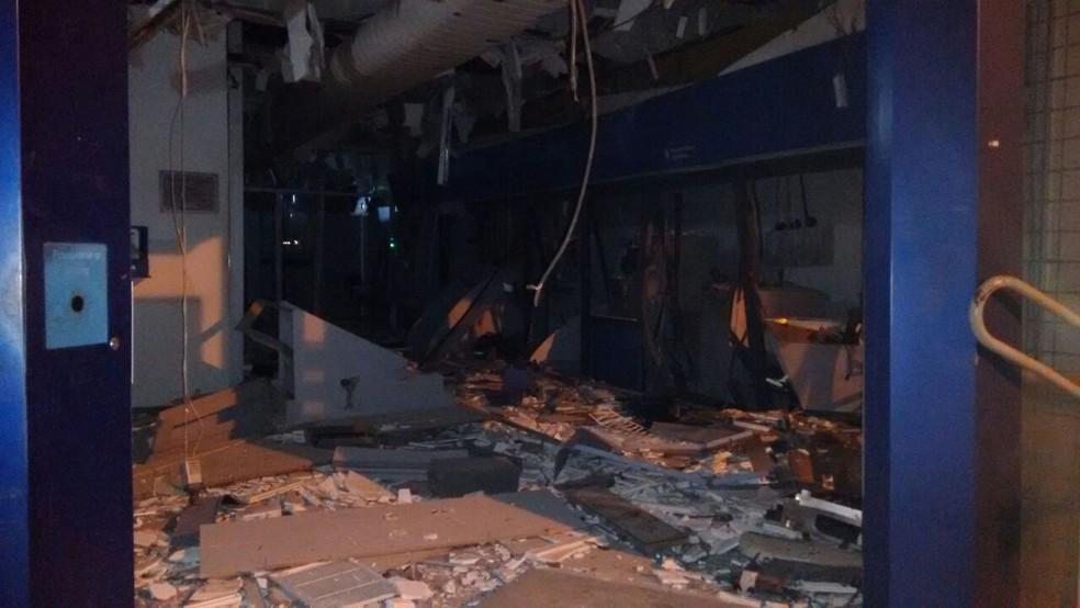 Agência ficou completamente danificada (Foto: Polícia Militar/ Divulgação)