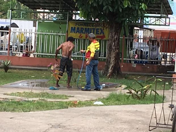Morador de rua, banho, mototaxista, HE, Macapá, Amapá (Foto: Ronaldo Dantas/Arquivo Pessoal)