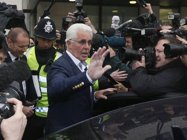 Clifford chega a audiência nesta terça (28), em Londres (Foto: Reuters)