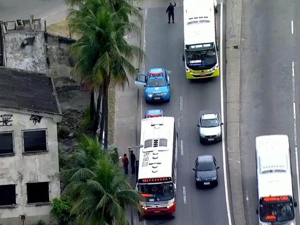 Tentativa de assalto em ônibus na Avenida Brasil terminou com um suspeito morto (Foto: Reprodução/TV Globo)