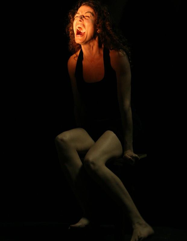 A excelente Gilda Nomacce em um dos momentos da Menina: a relação sempre ambivalente do artista com a plateia. (Foto: Cacá Bernardes / Divulgação)