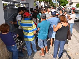 Uma grande fila se forma para o ato de designação dos concursados em concurso na Paraíba (Foto: Walter Paparazzo/G1)