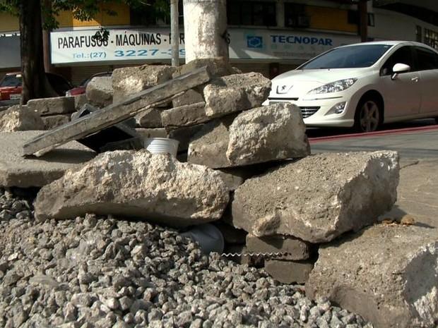 Moradores usam pedras para depredar comércio, no ES (Foto: Reprodução/ TV Gazeta)