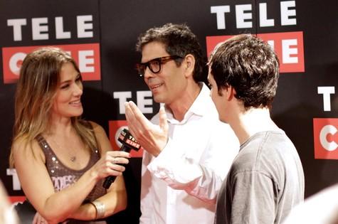 A jornalista Isabella Saes, da rede Telecine, entrevista Dado Villa Lobos (com seu filho Nicolau) na pré-estreia do filme ''Somos tão jovens' (Foto: Paulo de Barros)