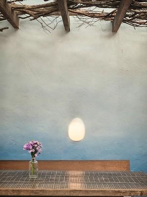 Mesa no salão dos fundos do Maní, em São Paulo (Foto: Lufe Gomes/ Editora Globo)