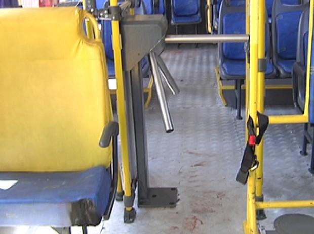 Fogo atingiu poltrona e passageiros sairam correndo (Foto: Reprodução / TV Tem)