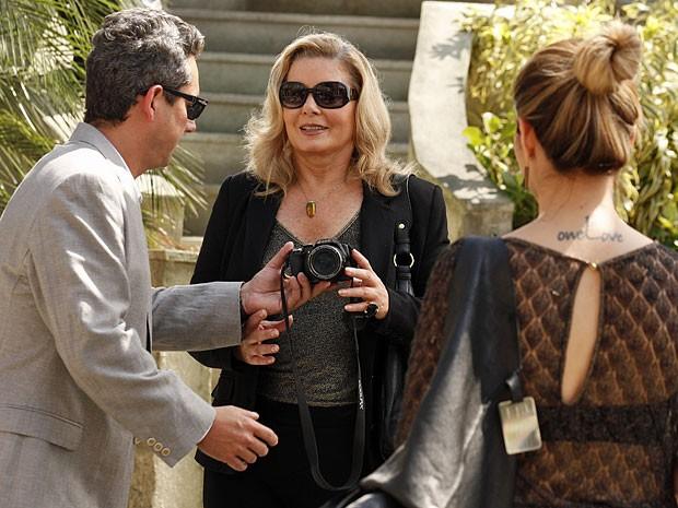 Stenio pede ajuda de Irina para tirar uma foto com Bianca (Foto: Salve Jorge/TV Globo)