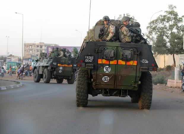 Tropas francesas se deslocam em estrada próximo a Bamako, capital do Mali, nesta quinta-feira (15) (Foto: AP)