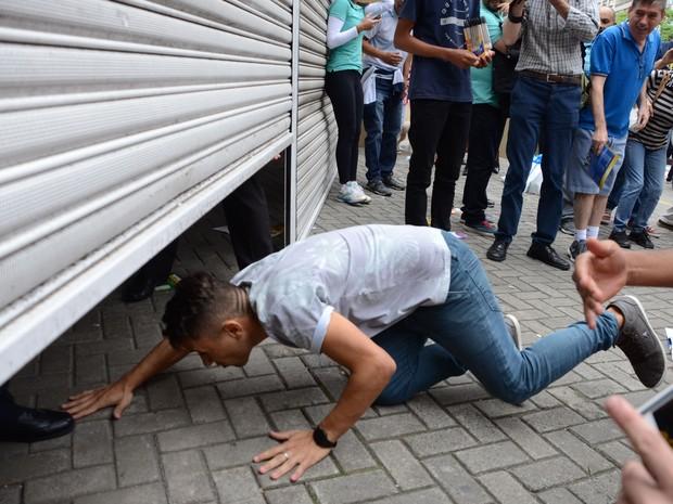 ENEM 2015 - SÁBADO (24) – SÃO PAULO (SP): Atrasado para o Enem se joga por debaixo do portão do Mackenzie em São Paulo  (Foto: MARIVALDO OLIVEIRA/FUTURA PRESS/FUTURA PRESS/ESTADÃO CONTEÚDO)