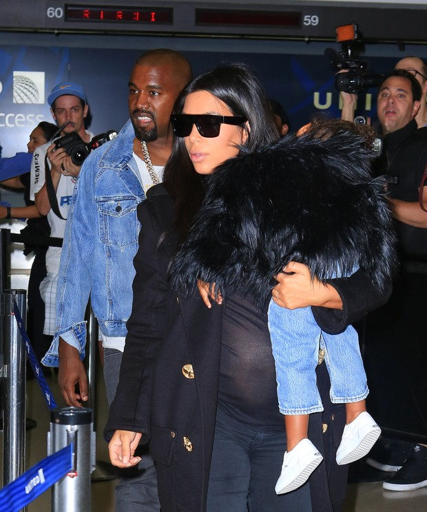 17 - Kanye West e Kim Kardashian com a filha, North West, em aeroporto de Los Angeles, nos Estados Unidos (Foto: X17online/ Agência)