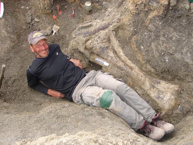 Foto de 2007 mostra palentólogo Kenneth J. Lacovara ao lado de osso de dinossauro Dreadnoughtus (Foto:  AFP Photo/Handout/Kennetg Lacovara)