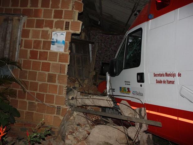 Ambulância invade residênci (Foto: Maurilio Garcia: Itamaraju Notícias)
