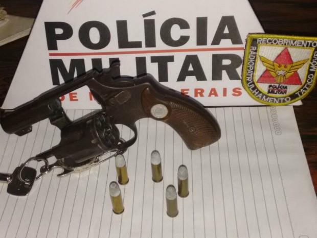 Um homem de 35 anos também foi encontrado um revólver (Foto: Polícia Militar/Divulgação)