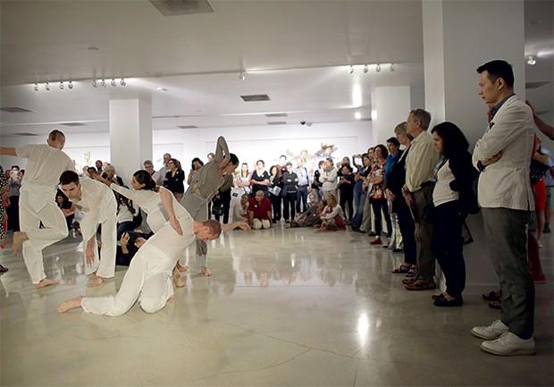 CULTURA Performance  na feira Art Basel de Miami. Exposições  também se transformam  em experiências (Foto: Lynne Sladky/AP)