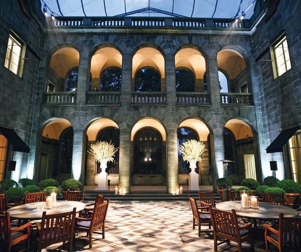 O palácio Em uma experiência 3D no universo real da marca, o Palazzo Ralph Lauren, construído em 1941, recebe clientes tops do mundo todo. Detalhe do pátio central, onde foram apresentadas as mais recentes coleções da Purple label (Foto: Divulgação)