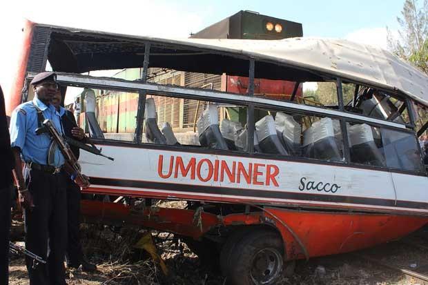 Policiais isolam a área após acidente entre ônibus e trem em Nairóbi, no Quênia (Foto: Simon Maina/ AFP)