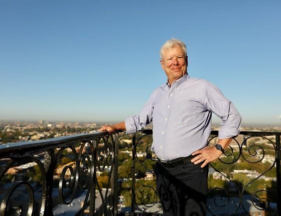 """Richard Thaler, em sua varanda, após saber que havia sido premiado com o Nobel de Economia. """"Meu mantra é: se você quer que as pessoas façam algo, torne isso fácil"""" (Foto: Universidade de Chicago/Divulgação)"""