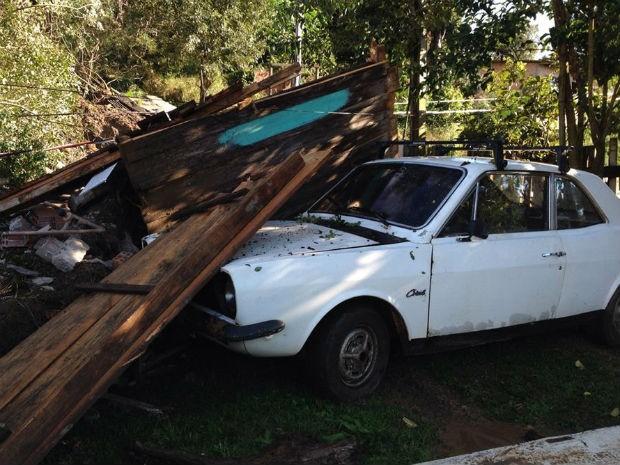Durante a chuva, muro caiu em casa; pedaços da residência destruíram carro (Foto: André Salamucha/RPC)