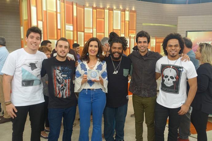 Fátima posa com a banda Onze:20 (Foto: Vinícius Cunha/Gshow)