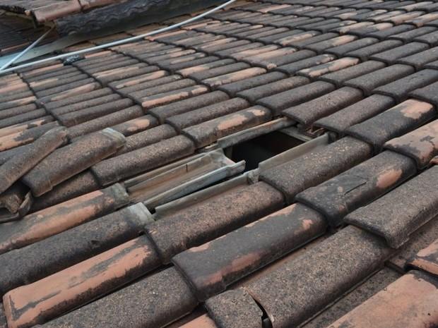 Buraco no telhado por onde preso fugiu de delegacia (Foto: Surgiu/Divulgação)