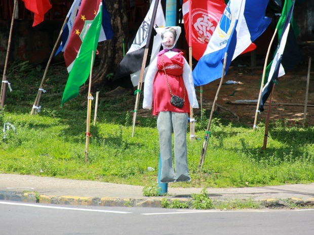 Boneco jaz alusão à presidente Dilma (Foto: Suelen Gonçalves/G1 AM)