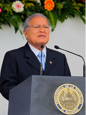 Presidente de El Salvador, Sánchez Cerén, discorda do afastamento de Dilma Rousseff. Na foto, ele discursa sobre o aniversário das Forças Armadas do país, no dia 7 de maio. (Foto: Marvin Recinos/AFP)