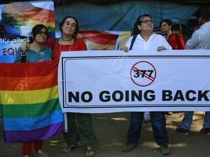 Em Mumbai, na Índia, ativistas protestam contra a decisão da Corte Suprema de voltar a proibir relações sexuais entre gays no país. Casos poderão ser punidos com até dez anos de prisão (Foto: AP Photo/Rafiq Maqbool)