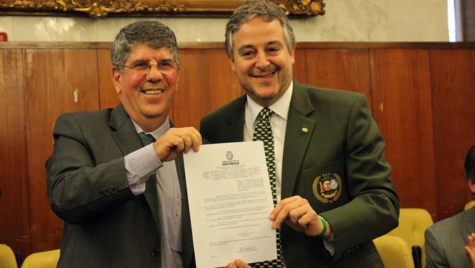 Presidente Paulo Nobre com a lei que altera nome de trecho da Turiassu (Foto: Divulgação/Palmeiras)