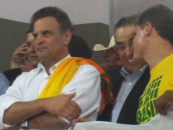 Aécio Neves, de braços cruzados, ao lado do governador Alberto Pinto Coelho, e do presidente da Câmara Municipal de Belo Horizonte, Léo Burguês (Foto: Raquel Freitas/G1)