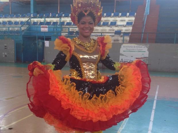 A surda Naiane Costa dança em quadrilha estilizada há 4 anos (Foto: Fabiana Figueiredo/G1)