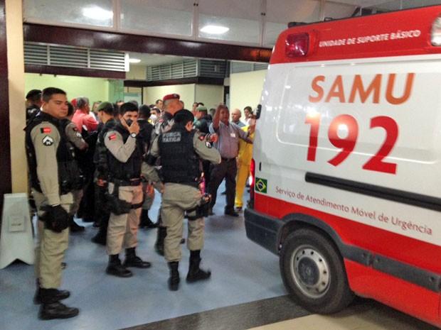 Policial Militar foi socorrido por uma equipe do Serviço de Atendimento Móvel de Urgência e levado para o Hospital de Trauma de João Pessoa (Foto: Walter Paparazzo/G1)