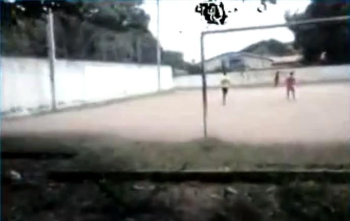 Torcedores fazem buraco em muro e pulam cerca para usarem campo (Foto: Reprodução/TV CLUBE)