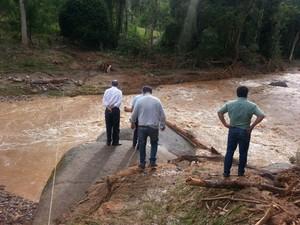 Governador visitou locais mais afetados pelas chuvas em Itaoca (Foto:  Solange Freitas / G1)