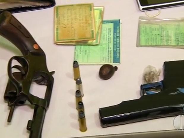 Jovem estava com revólver e arma de brinquedo (Foto: Reprodução/Inter TV Cabugi)